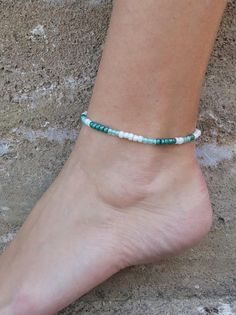 Beach anklet, waterproof and adjustable with macrame knot, emerald, green and white beads :) Summer Accessories, Summer Jewelry, Beach Jewelry, Anklet Bracelet, Bracelets, Beach Anklets, White Beads, Emerald Green, Macrame