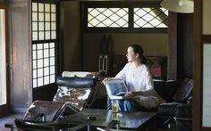 桐島かれんさん、葉山の別荘にて。旅のお供に愛用のKIJIMA TAKAYUKIのペーパーハット、グローブ・トロッターのスーツケースも公開。