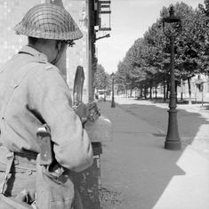 SEP 1 1944 The 'Great Swan' through France into Belgium A Bren gunner of the Coldstream Guards covers a street in Arras, 1 September Ww2 Pictures, Ww2 Photos, Historical Pictures, British Army Uniform, Home Guard, British Armed Forces, Army Vehicles, Military Diorama, The Empire Strikes Back