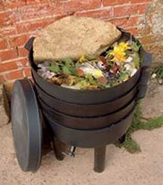 Facilitating tier migration in multi-tiered worm composting units.