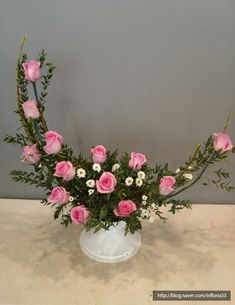Rosen Arrangements, Creative Flower Arrangements, Flower Arrangement Designs, Church Flower Arrangements, Church Flowers, Flower Designs, Contemporary Flower Arrangements, Nylon Flowers, Blue Wedding Flowers