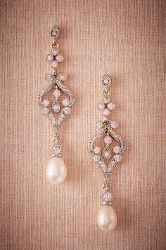 Beautiful pearl bridal earrings: scrolled crystal drops, white gold-plated brass and freshwater pearl, for a timeless and romantic wedding look.