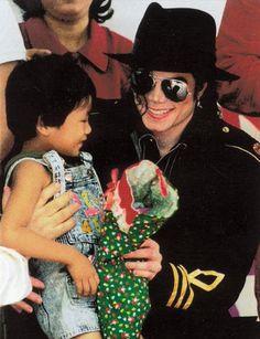 """manila dec 1996...""""Mi felicidad está en dar y compartir... y simple diversión inocente.""""-Michael jackson -"""