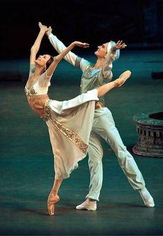 Svetlana Zakharova and Vladislav Lantratov - La Bayadere - Bolshoi Ballet - Photographer: Bolshoi Theatre, Bolshoi Ballet, Ballet Poses, Ballet Dancers, Ballet Feet, Ballet Class, Shall We Dance, Just Dance, Ballet Dance Photography