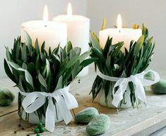 déco de table de mariage avec bougies et branches vertes