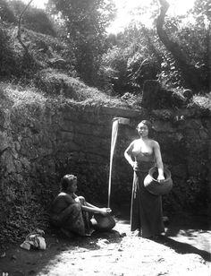 COLLECTIE TROPENMUSEUM Twee Balinese vrouwen bij een waterbron TMnr 60019067.jpg
