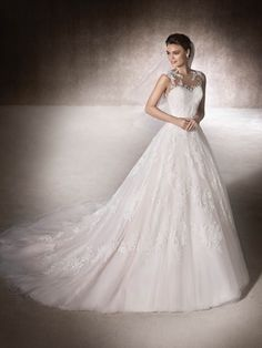 Tulle, lace and thread embroidery are the ingredients of MANSIA, this beautiful A-line wedding dress with a sweetheart neckline and gemstone embroidery details