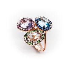 Sortija de oro rosa con diamantes y gemas de clor entre las que encontramos un topacio azul, amatistas, pridotos, esmeraldas y zafiros.