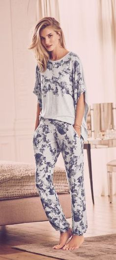 Relax and enjoy a cool and blissful night in this short sleeve pyjama top. This floral print offers an ultra-feminine finish. This gorgeous, vintage-inspired nightwear has been designed in collaboration with supermodel Rosie Huntington-Whiteley.