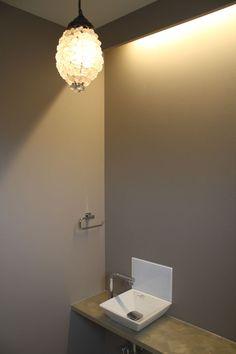 トイレの間接照明。天板は塗装をランダムに塗り刷毛目を生かしました。