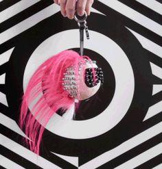 Fendi presenta Punkarlito! - Cambo di look per Karlito! In occasione della primavera-estate 2016 il famosissimo charms si regala una cresta e uno stile punk!  - Read full story here: http://www.fashiontimes.it/2016/03/fendi-presenta-punkarlito/