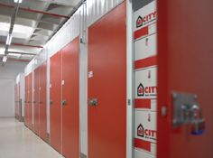 Una buena forma de reducir costes en la empresa, la externalización Self Storage, Locker Storage, Lockers, Divider, Cabinet, Furniture, Home Decor, Shape, Clothes Stand