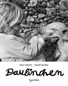 Angela sieht bei einem ihrer Spaziergänge Seltsames: einen laufenden Sack, der Geräusche macht. Mutig nähert sie sich und entdeckt ein kleines Schweinchen in dem Sack. Zwischen den beiden ist es Liebe auf den ersten Blick: das Schwein muss natürlich mit nach Hause! Ihr Vater ahnt leider, was es mit diesem Schwein auf sich hat... Diese unbeschwerte Geschichte aus dem Jahre 1970 darf nun wieder neu entdeckt und innig geliebt werden. Hans Limmer / David Crossley, Paulinchen. Tulipan Verlag. Ab…