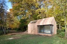 Modern Architecture: 6 Amazing Prefab Houses (From Camila Boschiero - homify) Layouts Casa, Wooden House Design, Wooden Houses, Modern Wooden House, Prefabricated Houses, Prefab Tiny Houses, Prefab Cabins, Modern Prefab Homes, Log Cabins