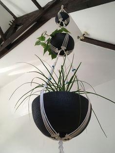 Suspension pour 3 plantes en macramé bymadjo.com modèle #Zéphyr, coton écru, perles bois turquoise et saladiers métal martelé noir Turquoise, Plants, Beads, Cotton, Woodwind Instrument, Teal