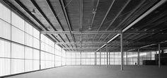 Las fachadas sur, este y oeste se cierran con una doble piel de policarbonato con sensores de temperatura exterior, de radiación lumínica y de temperatura interior.