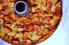 Vet een ronde bakvorm in. Verwarm de oven voor op 220 graden C. Klop de eieren met de suiker luchtig tot een romige massa. Voeg daarna de gezeefde bloem toe en de melk en de olie. Klop tot een luchtig geheel. Schil de appels en snijd in stukjes of schijfjes. Giet het deeg in de bakvorm en voeg de appelstukjes toe. ). Zet in de oven en bak gedurende