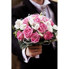 Le Marché Ô Fleurs - Bouquet rond Ambre collection Mariage - Roses fuschia, Alstromerias blancs et Lisianthus blancs