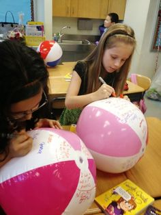 5 End Of Year Student Gift Ideas: Beach Ball Signatures- give each students a beach ball from the dollar store and a sharpie and let them have their friends sign it on the last day of school End Of Year Party, End Of School Year, Student Gifts End Of Year, Last Day Of School Fun, Teacher End Of Year, School Daze, School Stuff, Kindergarten Party, Kindergarten Graduation