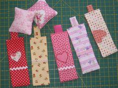 pr aproveitar restinhos de tecidos: almofadinhas e marcadores de pgs de livros (da lapizdecor)