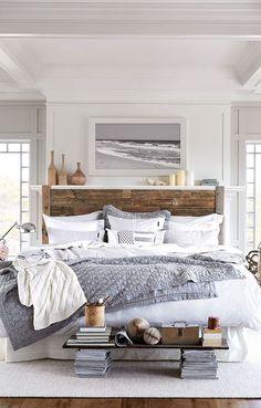 Drewniane łóżko w aranżacji szarej sypialni