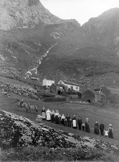 Norwegian Genealogy: How To Find Your Ancestors Historic photo from Kløvtveit, Gulen, Norway approximately 1890 Bergen, Oslo, Vintage Photographs, Vintage Photos, History Of Norway, Scandinavian Countries, Thinking Day, Trondheim, Historical Photos