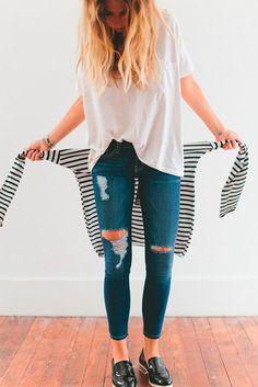 Look calça jeans rasgada + suéter listrado.