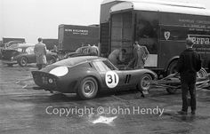 1962 Silverstone, International Trophy, paddock, Equipe Endeavour & Maranello Concessionaires with the Ferrari 250 GTO nr31 (Parkes) 1ft