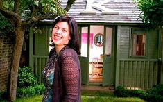 Kirstie Allsopp demonstrates how a garden room can be transformed into a unique garden office. A great way to separate working life from home life for those who frequently find themselves on the laptop at home. Shed Office, Garden Office, Home Office, Office Decor, Linda Barker, Shed Of The Year, Shed Interior, Outside Room, London Garden