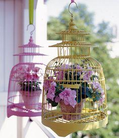 blüten im vogelkäfig: witzige dekoidee zum aufhängen auf dem #balkon. statt der ewig gleichen ampel.   sweet!