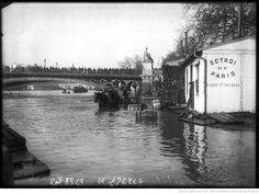 Inondations, 21/1/1910, Port Saint-Nicolas [actuellement Quai du Louvre, Paris, 1er arrondissement, avec vue sur le Pont des Saints-Pères] : [photographie de presse] / [Agence Rol]