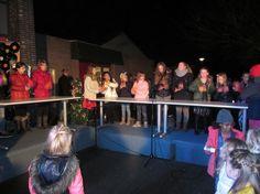 Medemblik - Dinsdag avond 16 december was het schoolplein veranderd in een gezellig actie plein voor Serious Request. Er stonden marktkramen en tafels met lekkere hapjes, prachtige knutsels en twee...
