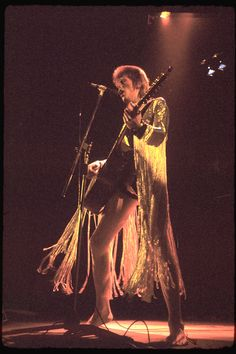 David Bowie performs as Ziggy Stardust 1973 William Shakespeare, David Bowie Fashion, David Bowie Pictures, Ziggy Played Guitar, Mick Ronson, David Bowie Ziggy, Classic Blues, The Thin White Duke, Pretty Star