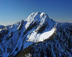 多張壯麗的玉山冬天雪景。  The flicker page Taiwan_Mountain by Chun-Tso Lin has quite many beautiful winter snow scenes of Yushan (a.k.a., Mountain Jade). Standing at 3,952 m (12,966 ft), it is the highest peak in Taiwan.    https://www.flickr.com/photos/taiwan_mountain/with/12961776754/