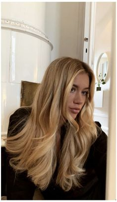 Blonde Hair Looks, Brown Blonde Hair, Girls With Blonde Hair, Highlighted Blonde Hair, Blonde Hair Outfits, Blonde Hair Bangs, Beautiful Blonde Hair, Blonde Hair Makeup, Golden Blonde Hair