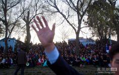 官方工作人员在现场维持秩序。 ▼16Apr2012 凤凰网|朝鲜燃放烟火庆祝金日成100周年诞辰 http://news.ifeng.com/photo/dashijian/detail_2012_04/16/13911945_0.shtml#p=14  #NKorea #North_Korea #DPRK #PRK #Corea_del_Norte #Coree_du_Nord #Nordkorea