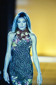 Versace Spring 1992 Ready-to-Wear Fashion Show - Carla Bruni 80s And 90s Fashion, Runway Fashion, Fashion Models, Fashion Brands, Fashion Designers, Original Supermodels, Vintage Versace, Carla Bruni, Fashion Seasons
