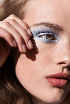 Glitter makeup for your weekend look