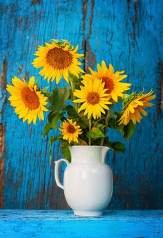 Sunflowers in a vase on a rustic, blue grunge background. Sunflower Vase, Sunflower Garden, Sunflower Bouquets, Flower Vase Drawing, Flower Art, Red Sunflowers, Sunflower Pictures, Painted Vases, Still Life
