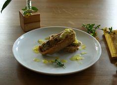 Vegetarische Nudelrolle mit Wirsing-Walnuss-Füllung und Safran-Zimt-Soße