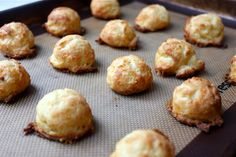 I love gougères! Gougères are French cheese puffs that are cheesy, airy, and utterly addictive. They served us gougères as a palate… Tapas, Recipes Appetizers And Snacks, Yummy Appetizers, Tummy Yummy, Party Finger Foods, Allergy Free Recipes, Food Inspiration, Breakfast Recipes, Food And Drink