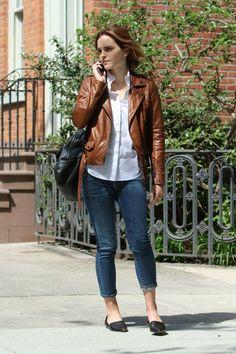 Emma Watson - Blusa blanca y casaca de cuero