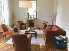 Le salon s'organise autour de la cheminée Croissy Sur Seine, Beautiful Homes, Couch, Furniture, Home Decor, Living Room, House Of Beauty, Settee, Decoration Home
