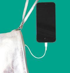 N'oubliez jamais votre chargeur de smartphone et rechargez le n'importe où, n'importe quand avec la pochette qui recharge votre smartphone. Véritable accessoire de mode, cette pochette connectée est un essentiel à emporter partout avec vous. Shoppez la sur www.theshoppingsuite.com