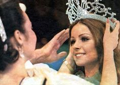 Amparo Munoz from Spain gets crowned as Miss Universe assisting with the crowning was Miss Universe Gloria Diaz. Beautiful Inside And Out, Most Beautiful, Miss Universe Swimsuit, Miss Mundo, Hawaiian Tropic, Miss Usa, Music Promotion, Miss World, Beauty Pageant
