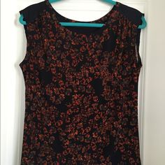 Printed Top Great Fall colors! Pair with a cardigan, jeans, and boots for a fab look! Also a great top for work. Cute button detail on back. Excellent condition. Polyester & spandex. The Limited Tops Blouses