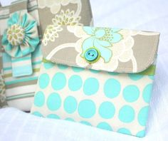 Hi everyone! As promised, here is the tutorial for the tiny little wallets that fit just perfectly into the mini...