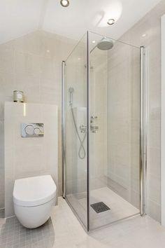 Klein, fein und absolut komfortabel - ideal für bequemes Wohnen im Alter! #Komfort #bodengleich #barrierefrei #mitgedacht #dusche #badideen #wc mehr Inspiration: ttps://www.calmwaters.de/inspirationswelten/komfortable Washroom, Powder Room, Bathroom Ideas, Toilet, Bathtub, Shower, House, Houses, Bathroom