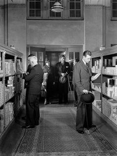 Sigaren- en tabakswinkel P.G.C. Hajenius aan het Rokin in Amsterdam. Datum onbekend. English: Hajenius tobacconists. The Netherlands, Amsterdam, date unknown.
