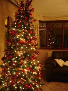déco du sapin de Noël en rouge, or et guirlandes lumineuses